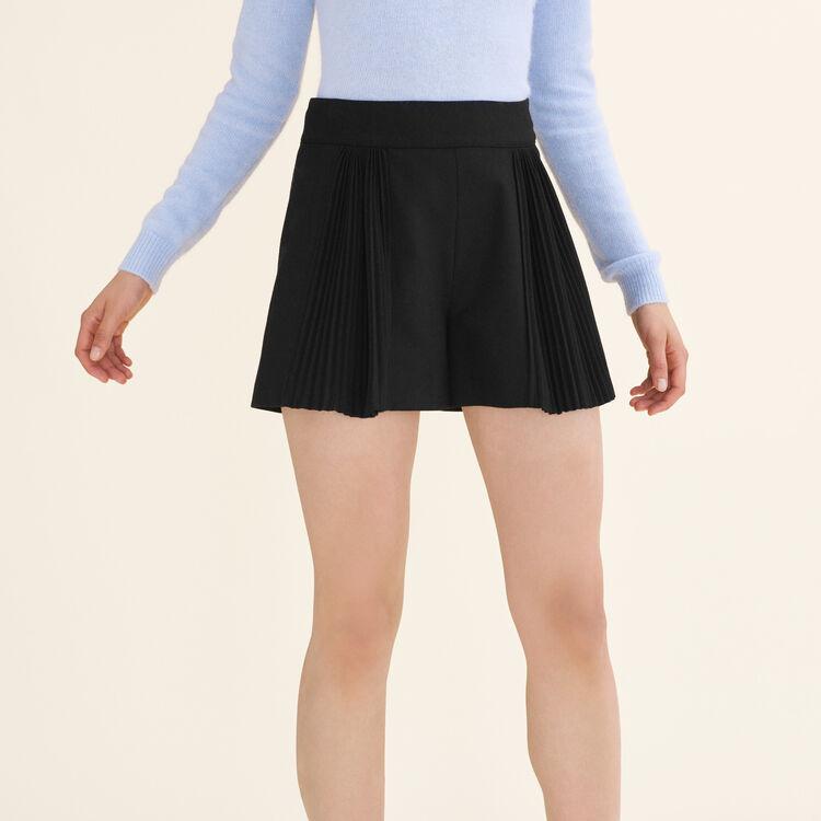 Short court avec détails plissés : Jupes & Shorts couleur Black
